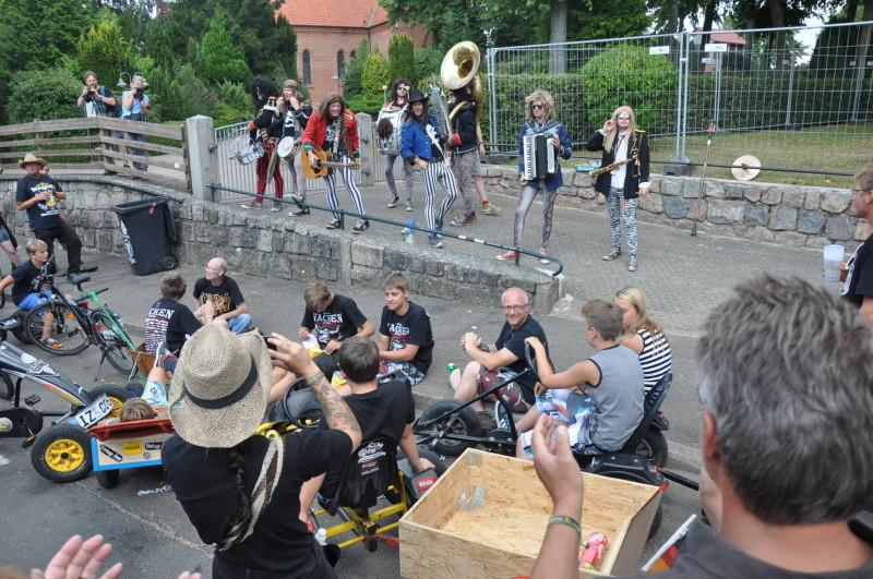 Während des Festivals kann es auch schon einmal passieren, dass ein spontanes Konzert in der Ortsmitte stattfindet.