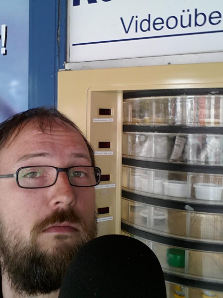 Wenn man genau an Jörns konzentriertem Blick vorbeiguckt, kann man die Köderdosen im Automaten erkennen