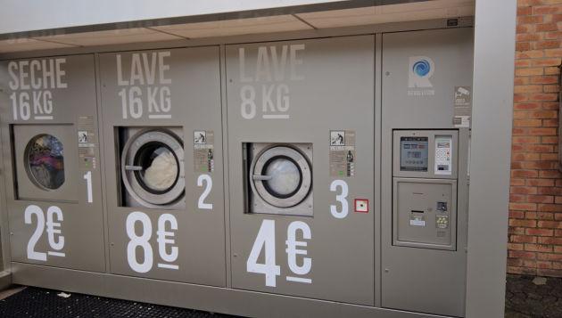 Es ist ein Wasch- und Trockenautomat für Kleidung. Die Preise sind erstaunlich moderat für französische Verhältnisse.